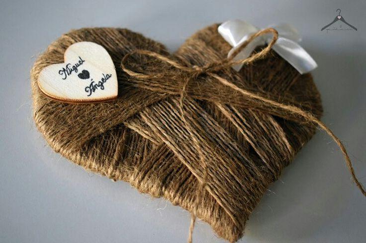 Porta alianzas rústico, de cuerda con corazón de madera