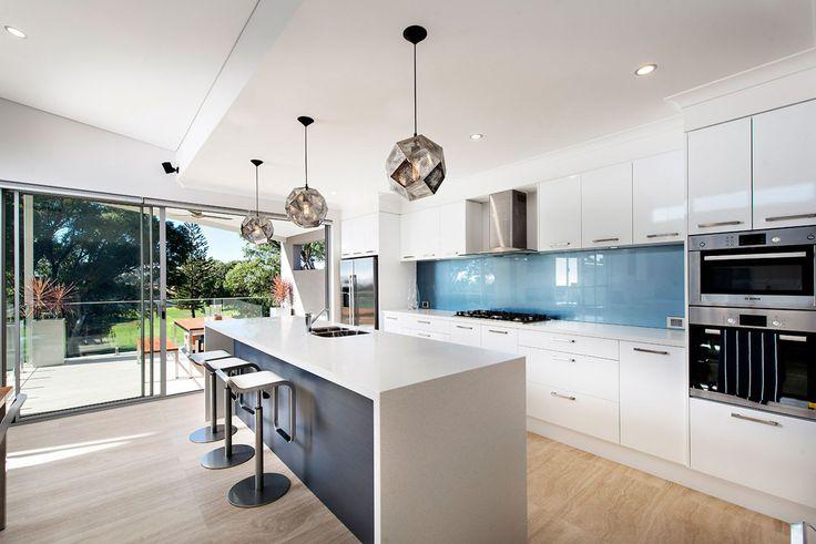 Design cucina moderna con isola e paraschizzi blu vetro - lampadari in acciaio