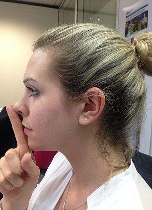 Si el dedo índice choca los labios, al tocar la punta de la nariz. Felicidades! Eres segun este test considerado atractivo por tu simetría.