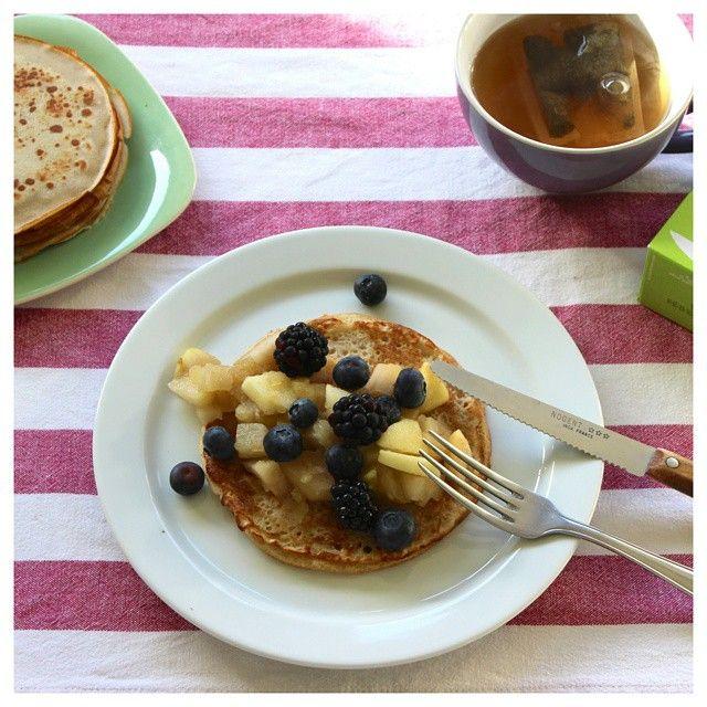Er staat een nieuw recept op de blog voor deze jummie glutenvrije pannenkoeken met appel-perencompote! Happy Sunday everyone! X #pannenkoeken #crepes #loveeatinghealthy #cleaneating #healthy #glutenvrij #glutenfree #boekweit #zuivelvrij #dairyfree #geraffineerdesuikervrij #breakfast