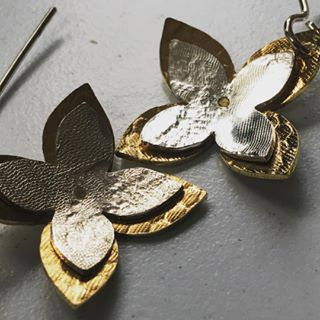 They're back in stock - our popular layered 4petal flower earrings . #easytowear #herbertandwilks #sallyherbert #golden #silver #natura #flowers #fashionjewelery #adornment #kinetic #simpledesign #organic #auckland #inspiredbynature #raw #embossed #nzjeweller #supporthandmade #botanicalinspiration #thejewellersstudio #earrings #womensfashion #pacific #collection2018