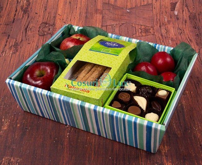 Cosul cadou contine mere bio si prune de sezon, 1 cutie cu praline de ciocolata productie locala si 1 cutie cu sticks-uri premium, bio. Este cadou perfect, care imbina un stil de viata sanatos, cu unul extrem de dulce