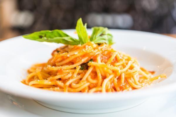 Aprende a preparar espagueti con chile morrón con esta rica y fácil receta. La receta de espaguetis en salsa de pimiento y cebolla que te presentamos en...