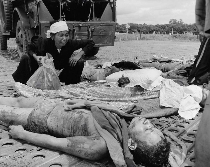 https://flic.kr/p/Wpywxk | Vietnam War Casualty - Một quả phụ khóc bên xác chồng vừa tử trận trong cuộc giao tranh với VC | A Vietnamese woman weeps over the body of her husband, one of the Vietnames Army casualties suffered in the war with the Viet Cong in South Vietnam.
