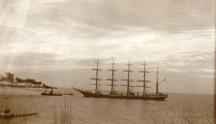 """Skoleskibet København. Kommer til Korsør i slutningen af 1928.  Korsør havn var en af de sidste havne skibet ankom til før det forsvandt sporløst i sydatlanten umiddelbart herefter..  Slæbebåden er A/S E.m Z Svitzer.,  S/S """"Ymer"""""""