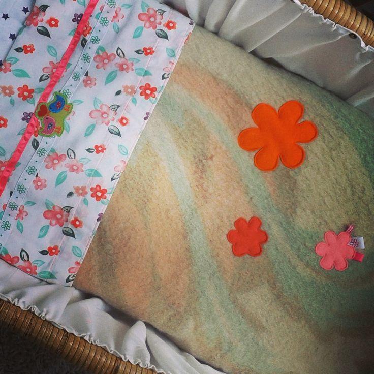 Deken met bloemen. Gemaakt van een oude wollen deken.