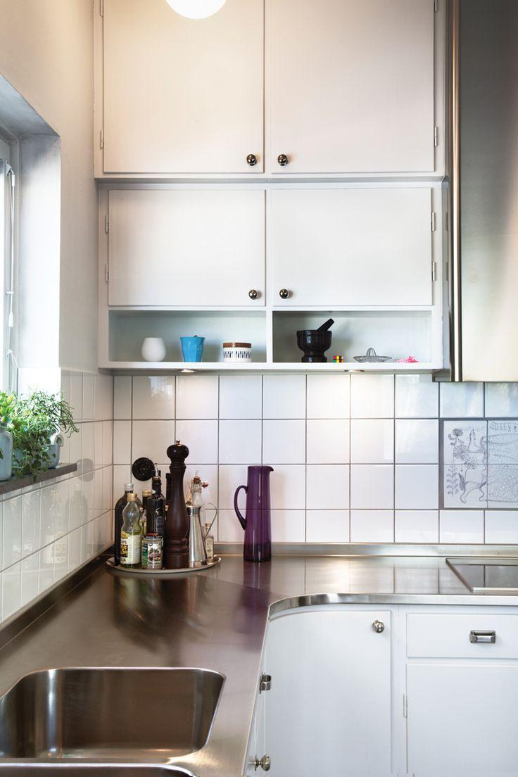 Ett måttbyggt kök från Byggfabriken målat med linoljefärgi en ljus grågrön kulör. Köket fortsätter längs väggen med kyl och frys som avslut och kompletteras av en köksö med förvaring. För med om våra kök: http://www.byggfabriken.com/kok/