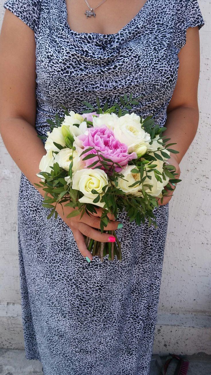 Букет невесты из ароматных цветов - пионы, пионовидные розы Дэвида Остина, фрезия и белая голландская роза + зелень пистации