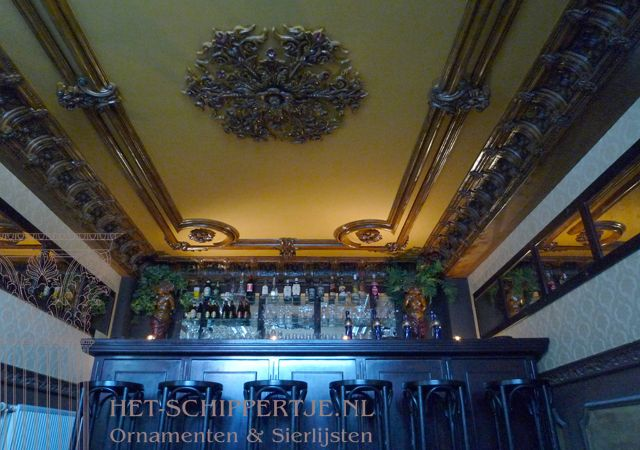 Oude bar van ornamenten en lijstengieterij Het Schippertje.