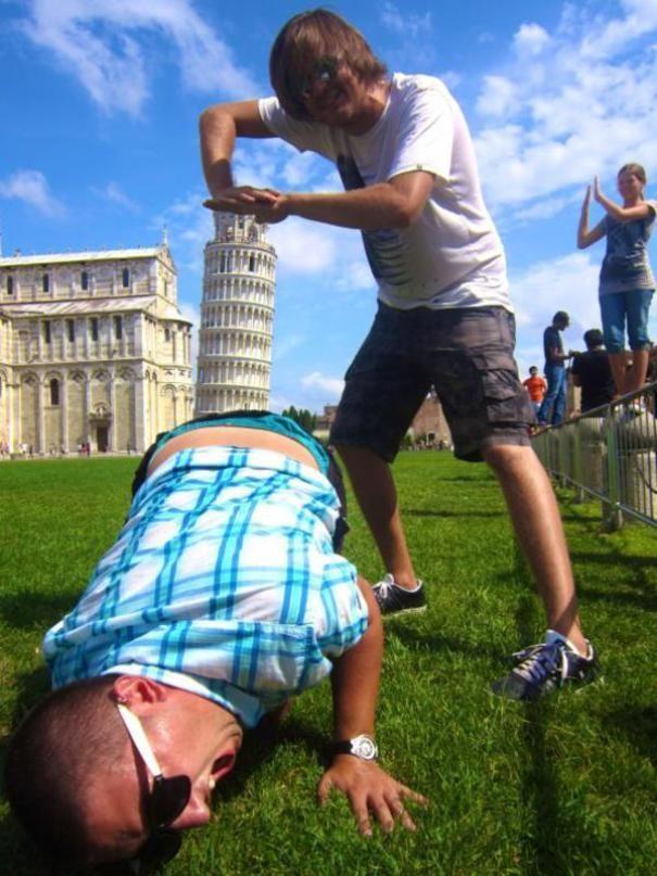 20 Mal, als Touristen vor dem Turm von Pisa Spaß hatten!
