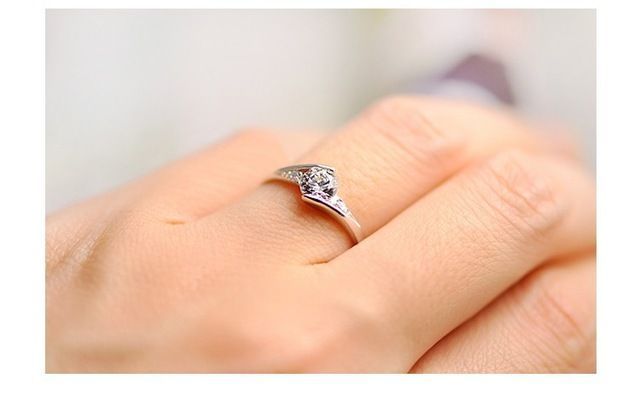 49% de desconto das Mulheres Anel Clássico Da Moda Simulado Diamante de Cristal Branco de Prata Encantos Jóias para o Casamento Engagement Presente Menina J045