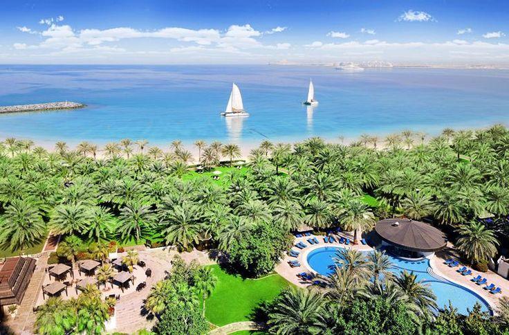 Een prachtige tropische tuin met 200 palmbomen direct aan het strand met de bruisende boulevard The Walk in de achtertuin. Dat is Sheraton Jumeirah in een notendop. Het hotel en de tuinen zijn een oase van rust in de metropool Dubai. Tel daarbij de uitstekende service en culinaire faciliteiten bij op en je kunt niet anders concluderen dat dit hotel een prima uitvalsbasis is om deze wereldstad te verkennen.
