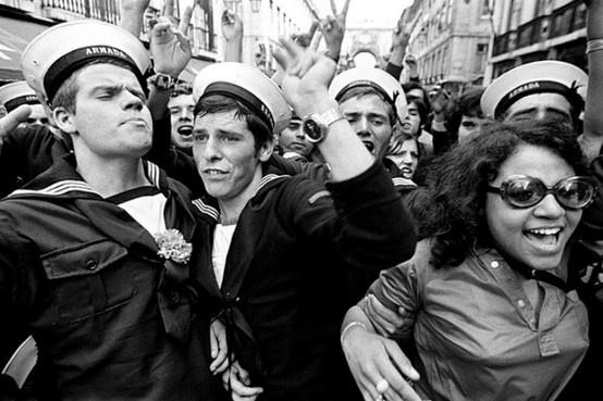 25 de Abril de 1974, nas ruas de Lisboa. A Revolução dos Cravos que derrubou a ditadura, em Portugal / 25th April 1974 in the streets of Lisbon. The Carnation's Revolution overthrew the dictatorship in Portugal.