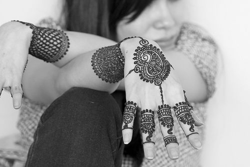 QuickDo Henna: Paisley/Mandal/Rhombus in the middle, a quick filler bracelet, finger patterns, maybe attach them quickly with a curvy or dotted line and you are done!!!  #henna #tattoo #mehndi