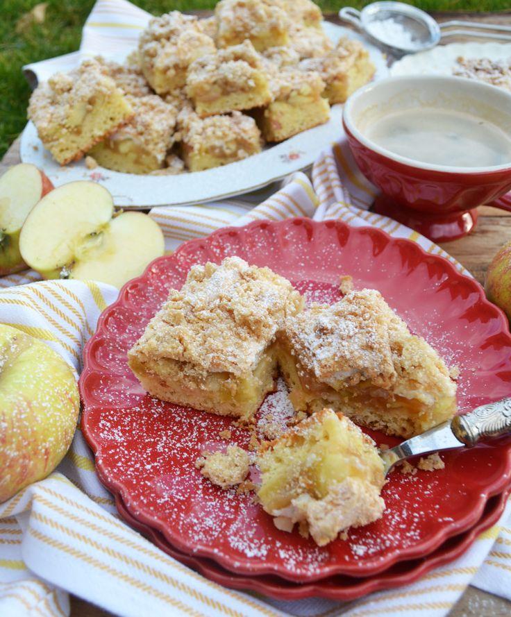 Saftiger Teig, fruchtige Apfelfüllung, luftig-süßes Baiser und oben drauf noch knusprig, mürbe Streusel! Dieser Apfelkuchen ist ein Träumchen! Heute habe ich einenmeiner aller,aler, allerliebsten …