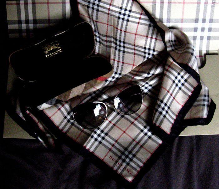 Online veilinghuis Catawiki: Lot: Burberry - Zonnebril en zijde sjaal