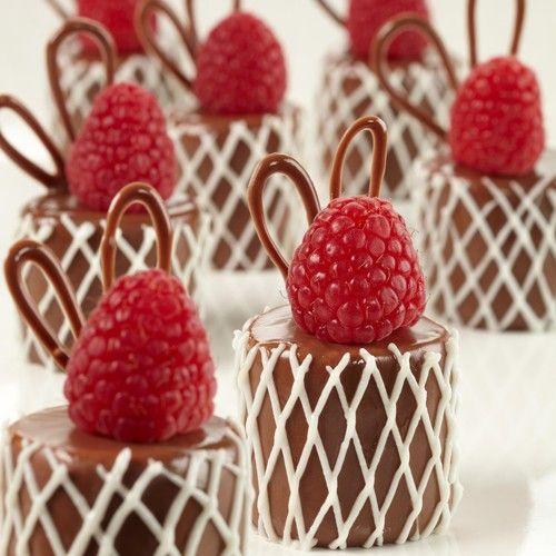 Maak deze prachtige chocolade marshmallows met frambozen! Ideaal als kleine traktaties bij de koffie, maar ook leuk als onderdeel van een sweet table of als dessert.