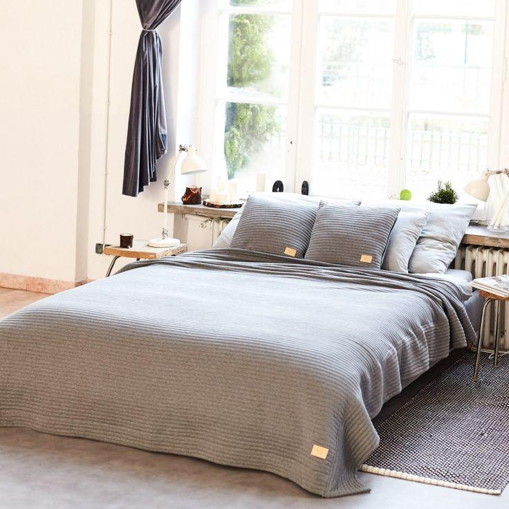 Narzuta uszyta została z szarej, bawełnianej dzianiny. Idealnie wkomponuje się w wystrój każdej sypialni czy w aranżacje młodzieżowego pokoju. W ciągu dnia może służyć jako narzuta na łóżko, a wieczorami doskonale sprawdzi się jako koc do przykrycia na kanapie.