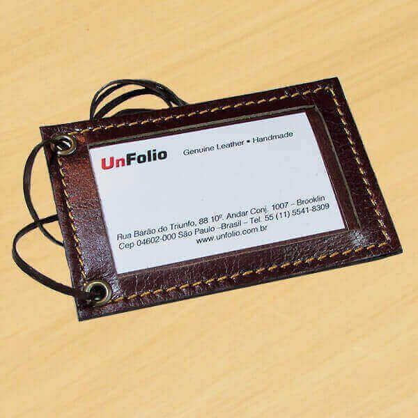 Porta Crachá confeccionado em Couro Legítimo com slot para Porta-Cartões de Visita no verso