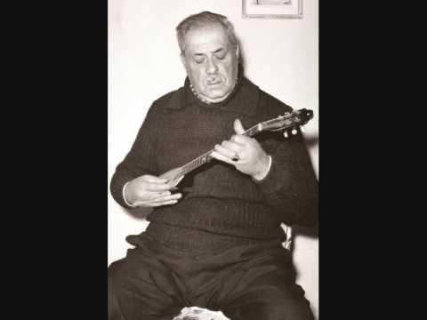 Markos Vamvakàris, uno dei più grandi rebetes della storia.