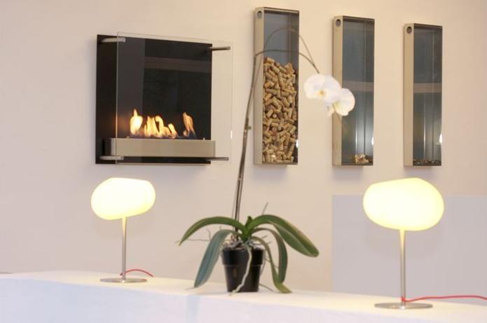 Le modèle Atlantic est une cheminée à l'éthanol murale que l'on suspend au mur comme un tableau. Un design épuré, moderne où la flamme est visible de partout, même de profil. Son verre sur fond noir souligne l'impression panoramique sur le feu et réfléchit la lumière qu'elle donne. Atlantic est un exemple d'une conception inhabituel...Système de régulation de flamme, un cadre en aluminium léger époxy noir.