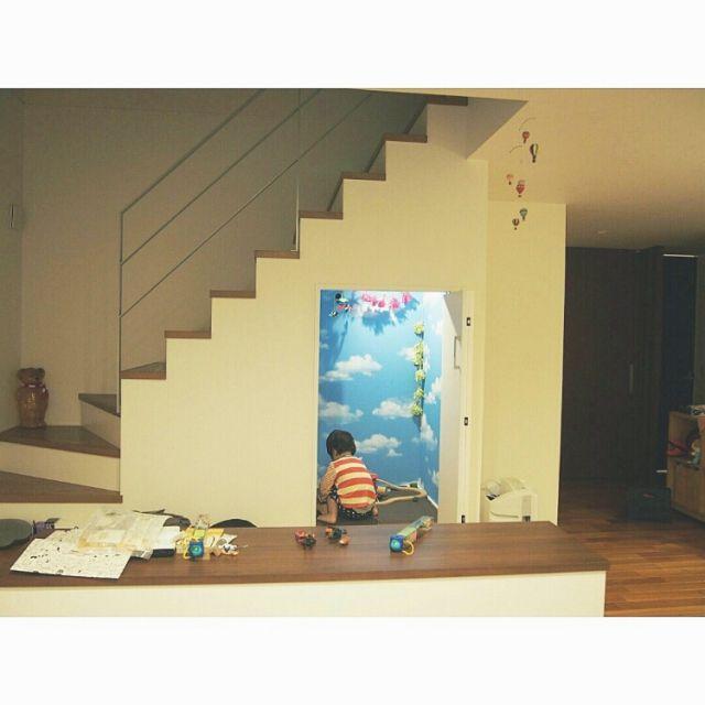 散らかってますが 階段下は息子の秘密基地♡ お空のお部屋 アジト 息子の秘密基地 壁紙 階段下 フリンジガーランド
