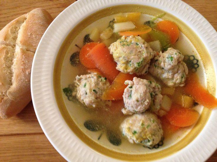 Grønnsakssuppe med kjøttboller av kylling