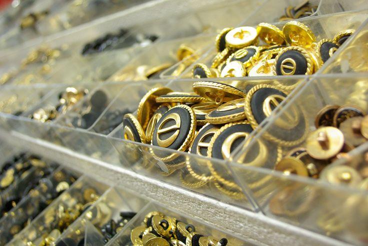 Grand choix de boutons au rayon Mercerie de votre magasin Ellen Décoration.