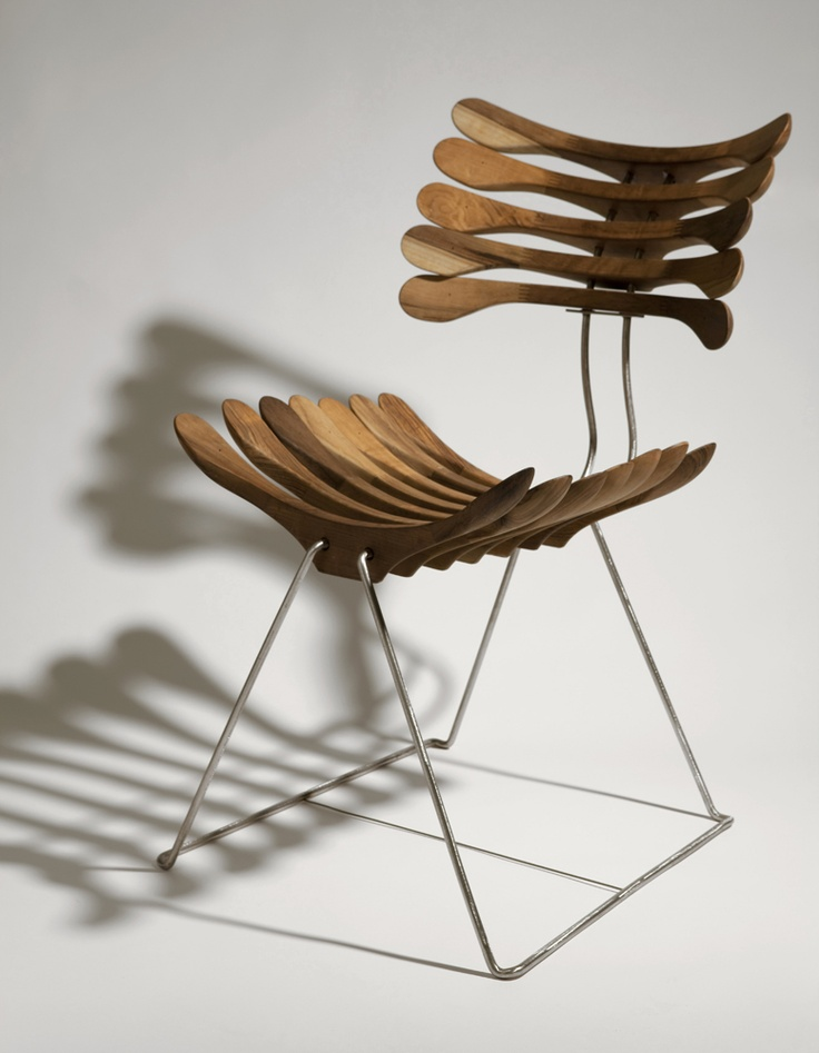 La sedia Squeleto di Pedro Franco, realizzata con appendiabiti in legno.