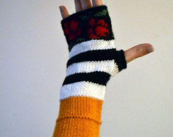 Ces mitaines sont tricotés à la main et disposent d'un motif de rayure classique dans une grande combinaison pour l'automne.  Issu de 100 % laine mérinos, leur naturellement isoler propriétés vous gardera au chaud durant les mois plus frais !  Mitaines vous offrent le meilleur des deux mondes : exempt dengelures mains sans la majeure partie des gants traditionnels. Ils sont parfaits pour la dactylographie, la conduite, artisanat, ou quel que soit le cas !   Les gants sont très doux et…