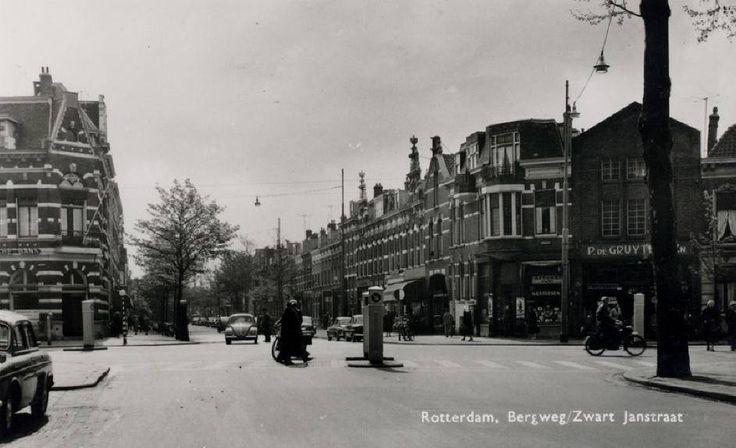 De Bergweg met op de achtergrond de Zwart Janstraat. De foto is gemaakt vanaf de Rodenrijselaan, 1960. De prent en informatie komen uit het Stadsarchief Rotterdam.