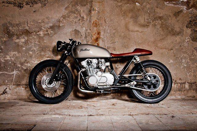 Beautiful Suzuki GS550 #CafeRacer ''Tintin'' by Mellow Motorcycles. Diseño despejado y ordenado, que ofrece una #Suzuki de alta pureza racer ¿Te gusta? www.caferacerpasion.com