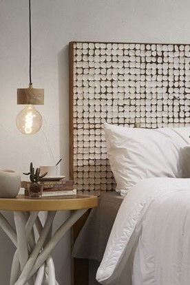 Semplice e minimalista lampada a sospensione in legno naturale. Le venature del legno trasmettono preziosità, calore e rilassatezza. La luce che emette è naturale, pulita e nitida. Un genere nordico che piace per l'essenzialità, modernità e luminosità.