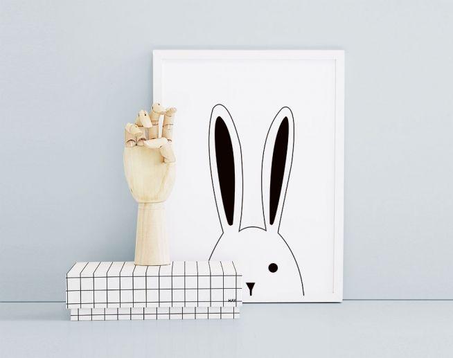 Barntavla med svartvit kanin, här i vit ram.