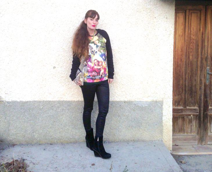 #ootd, idea outfit inverno per la sera felpa leggings, fashion blogger  felpe stampate gatti rose, made in italy, amanda marzolini the fashionamy, Alfa Omega Brand, Telli Collection bijoux catene dorate,