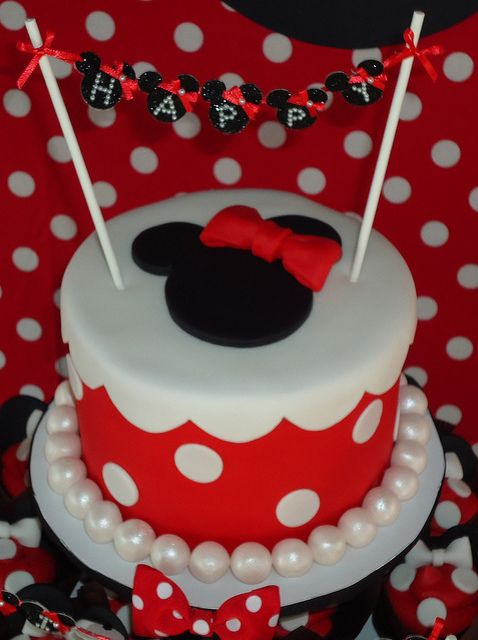 i love the pearls around the cake!