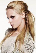 Langes Haar mit hochgesteckten Strähnen und langem Flechtzopf