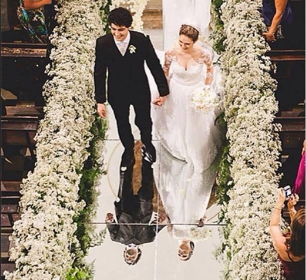 Passarela espelhada para entrada dos noivos Quem aprovou essa tendencia curte aqui !!