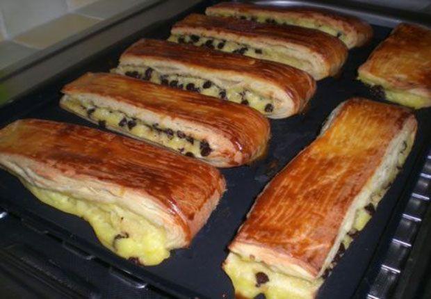 Brioches suisse au Thermomix,recette de délicieux petits pains briochés garnis d'une crème pâtissière à la vanille et de pépites de chocolat très facile à réaliser pour le petit déjeuner ou le goûter.