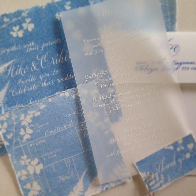 今週末の美肌室ソラのウエディングイベントのためのペーパーたち。ウエディングデザイナーの藤本優さんが作ったサンプリントの紙に文字をのせました。 #calligraphy #sora #wedding