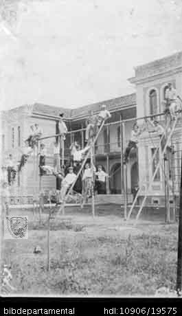 LUIS A VELASQUEZ. Instalaciones del Colegio Cárdenas, que fue testigo del grupo fundador del cuerpo de bomberos, Palmira, 1932. PALMIRA: Biblioteca Departamental Jorge Garces Borrero, 1932. 13X8.