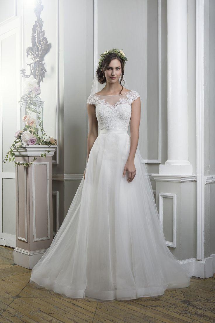 Rochia de mireasa Lillian West 6375 este croita din dantela si tul.  Culori disponibile: Ivory, White