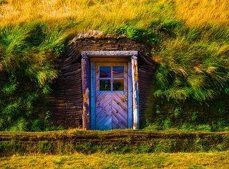 Travnaté střechy domků s izolací z březové kůry měly stejnou životnost jako dnešní zelené střechy | Nazeleno.cz
