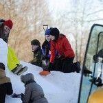 ФОТО: Военнослужащие и нарвитяне построили перед зданием ратуши снежный городок