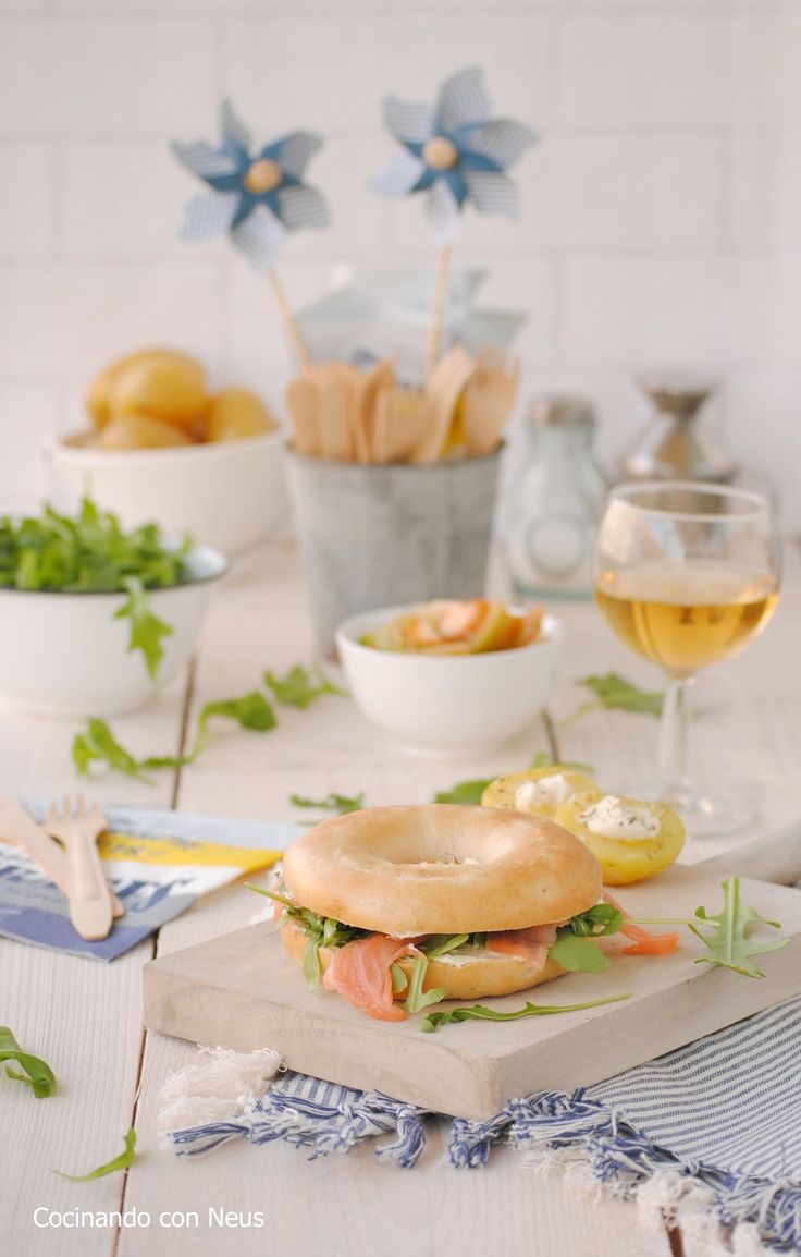 Bagel relleno de salmón ahumado con queso cremoso a la mostaza
