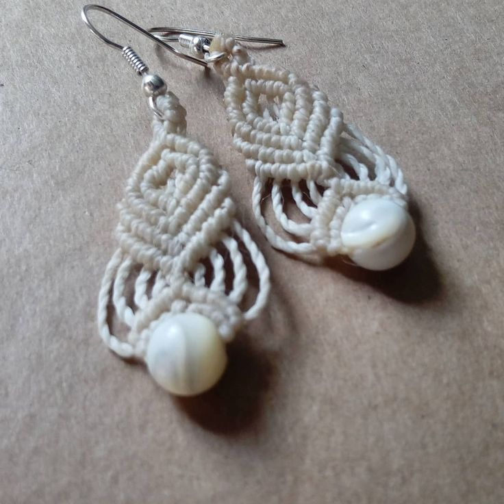 White little earrings with pearly beads ❤ #macrameearrings #bohojewelry #handmadejewelry #sanpedrodeatacama #macrame #madewithlove #macramejewelry #bohemianstyle #madeinchile #gypsystyle