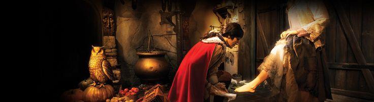 Assepoester; Assepoester woonde in een groot huis met haar vader, haar vreselijke stiefmoeder en haar twee akelige stiefzusters. Van 's ochtends vroeg tot 's avonds laat moest Assepoester voor hen boenen en koken, nooit had ze eens vrij.