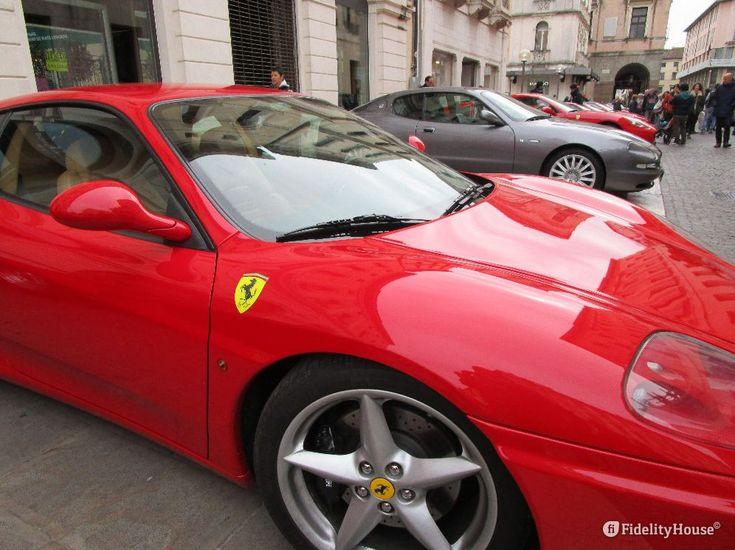 Non può passare inosservata una fila di Ferrari ben allineate davanti al Comune e in Piazza Cavour, a Padova!