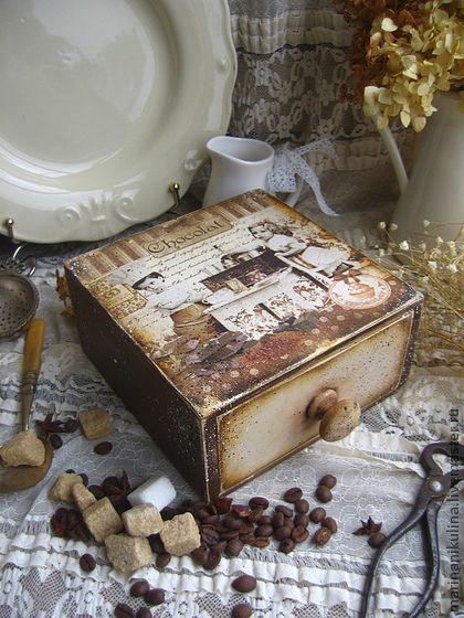 `Шоколадница`. Старенькая коробочка в стиле Ретро для хранения чайных пакетиков, сладостей, специй, пряностей, засушенных трав и плодов.  В короб можно положить сладости.  Оформленный таким образом презент оставит незабываемое впечатление от подарка.