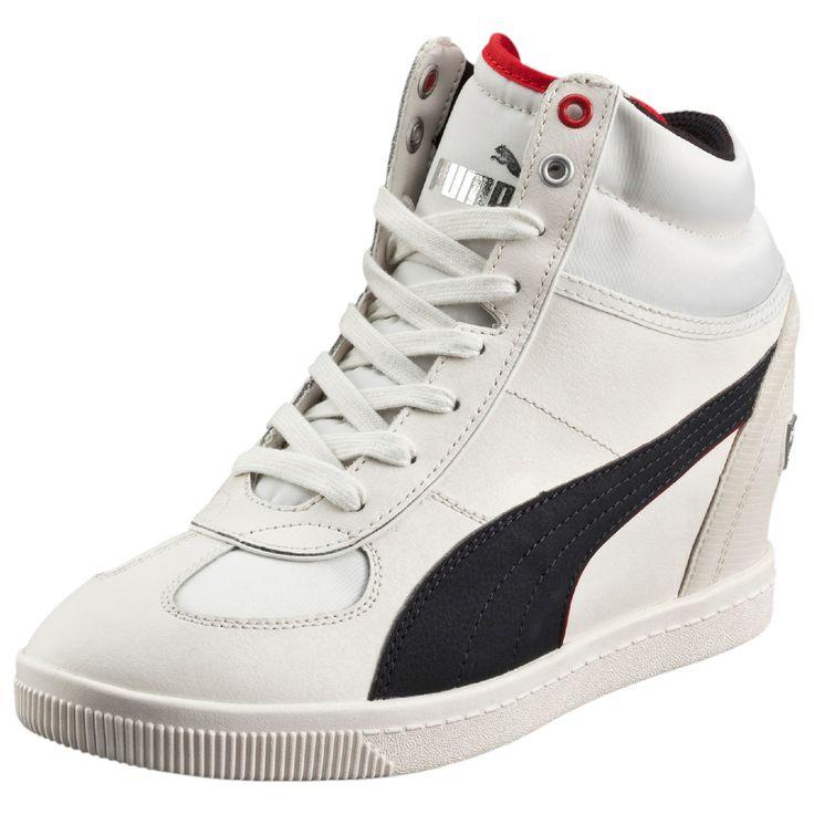 Buty damskie, model SF Wedge Selection NM, z z kolekcji LIFESTYLE #Puma MOTORSPORT, to hit tego sezonu!  Charakterystyka obuwia:  - Kolor: biały z czarnym wykończeniem, - Modna stylistyka, - Koturny: ok. 5cm, - Strona zewnętrzna:logo Puma - Strona wewnętrzna: łyżwa Puma plus ozdobne przeszycia,  - Pięta: logo FERRARI,  - Materiał: skóra naturalna oraz najwyższej jakości materiały syntetyczne  - Wiązanie: na sznurówki  #butydamskie #obuwiesportowe #obuwiedamskie #kolekcjaPuma